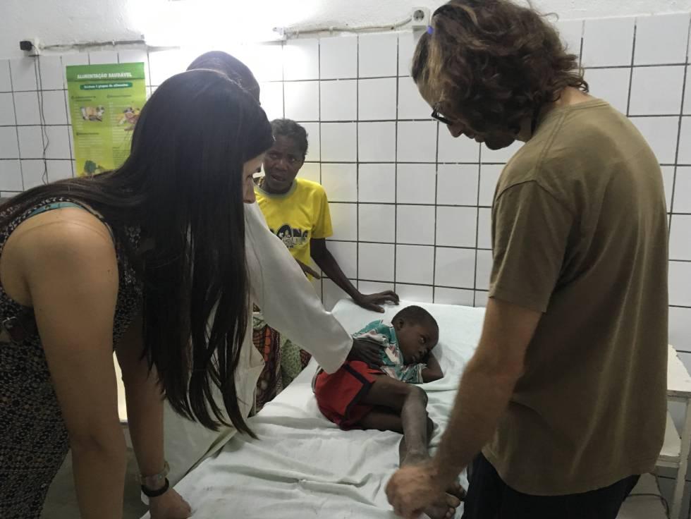 Sofía Rodrigues y Marcos Ibañez atienden a Manuso, en el hospital Nossa Senhora da Paz, en Cubal.