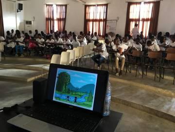 Estudiantes de Cubal participan en una actividad para conocer las causas de la malaria.
