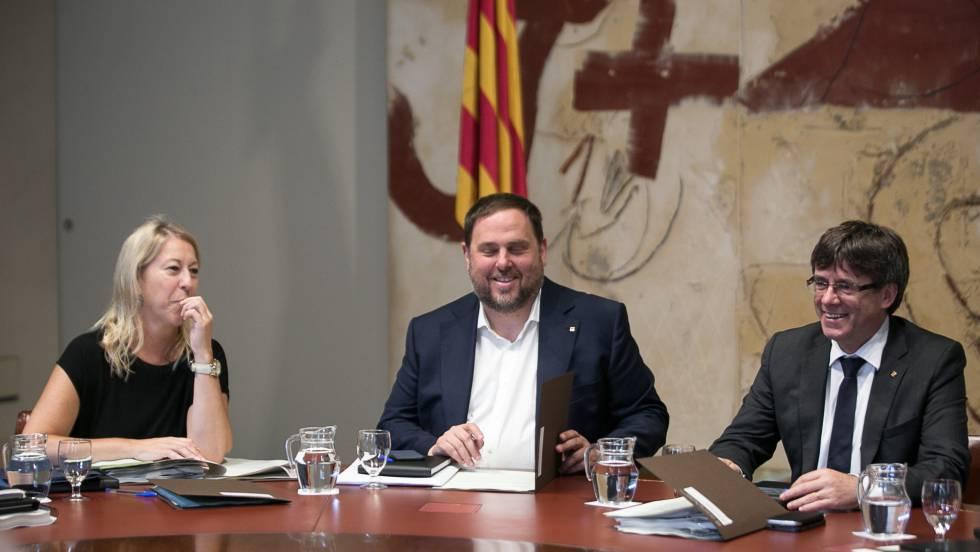 Neus Munté, Oriol Junqueras y Carles Puigdemont en una reunión  del Consejo Ejecutivo del Gobierno catalán el 13 de junio.