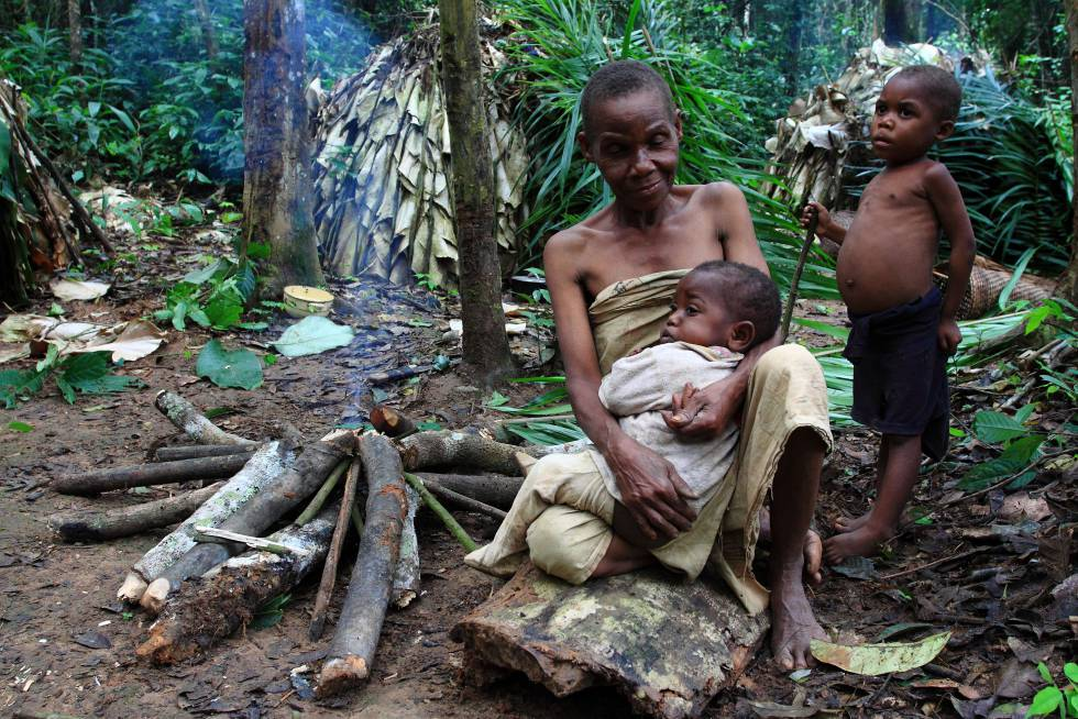 Abuela baka con sus nietos en la Reserva del Dja (Camerún).