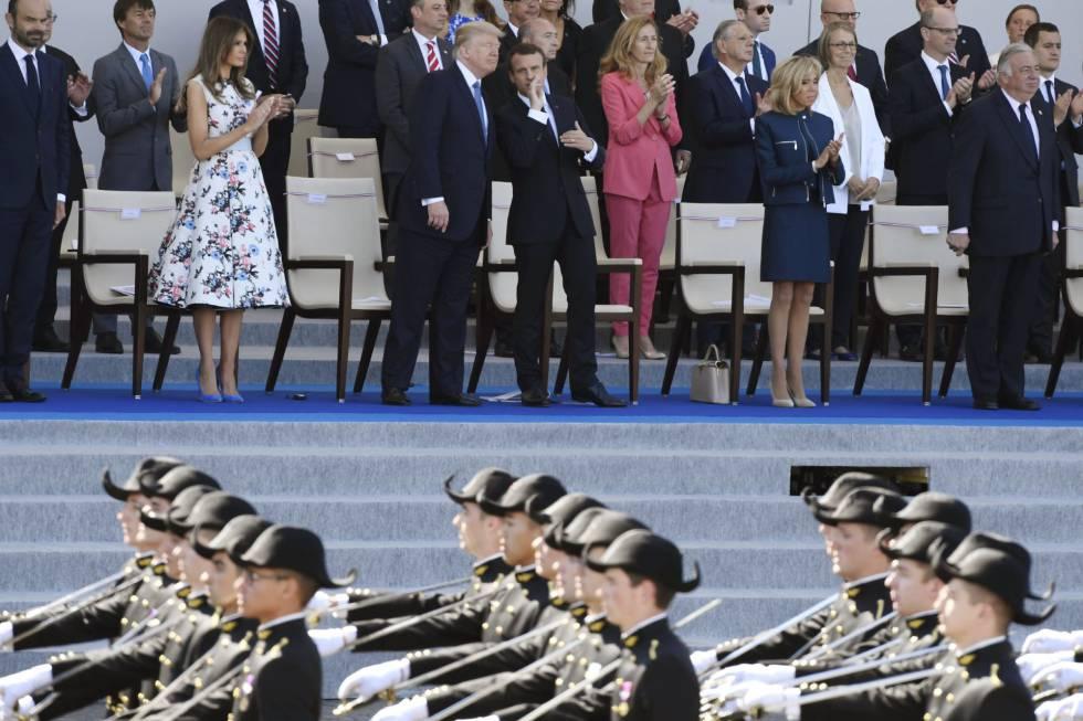 Macron y Trump conversan durante el desfile militar por el Día de la Bastilla en los Campos Elíseos, en París.