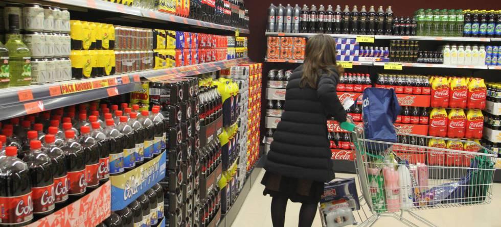 Lineal de refrescos en un supermercado.
