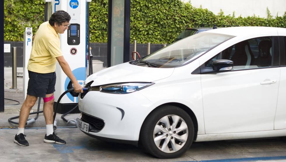 Fernando Pina carga su coche eléctrico en Madrid.