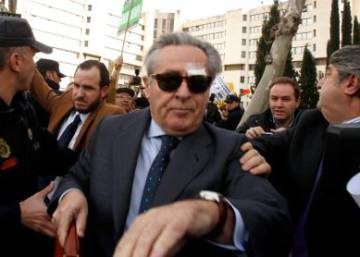 Judge allows former Caja Madrid chief to keep his passport