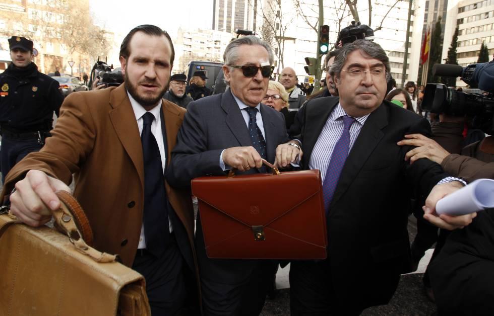 Miguel Blesa saliendo de los juzgados.