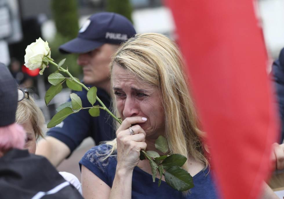 Una mujer llorar durante la protesta este jueves en Varsovia contra la reforma del Tribunal Supremo.