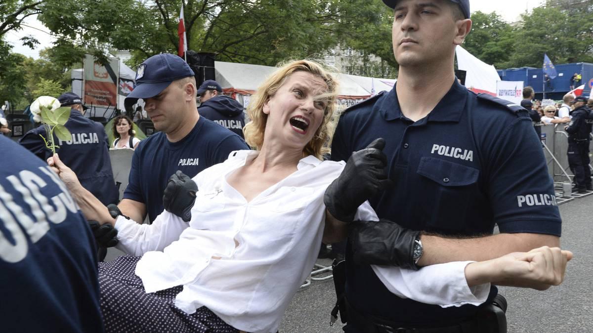 Policías se llevan a una manifestante durante las protestas en Varsovia.