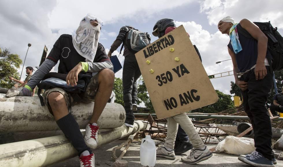 Manifestantes opositores se manifiestan en Caracas (Venezuela).