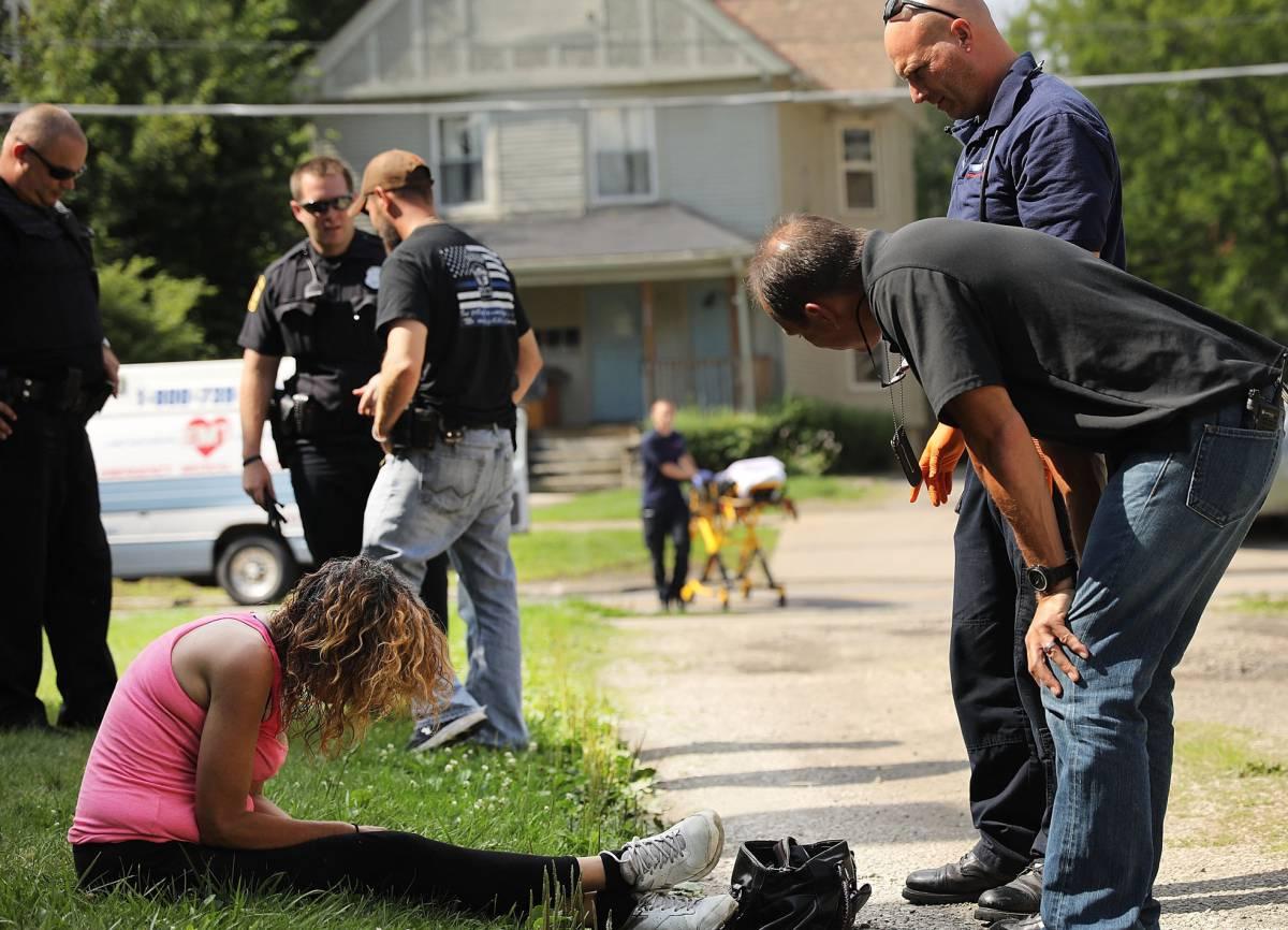 Personal sanitario atiende a una mujer con una sobredosis, en Warren (Ohio).