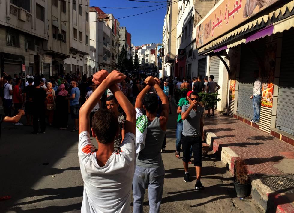 Manifestación en Alhucemas, Marruecos, en la que protestan contra el atraso económico y reclaman la liberación de presos. rn rn