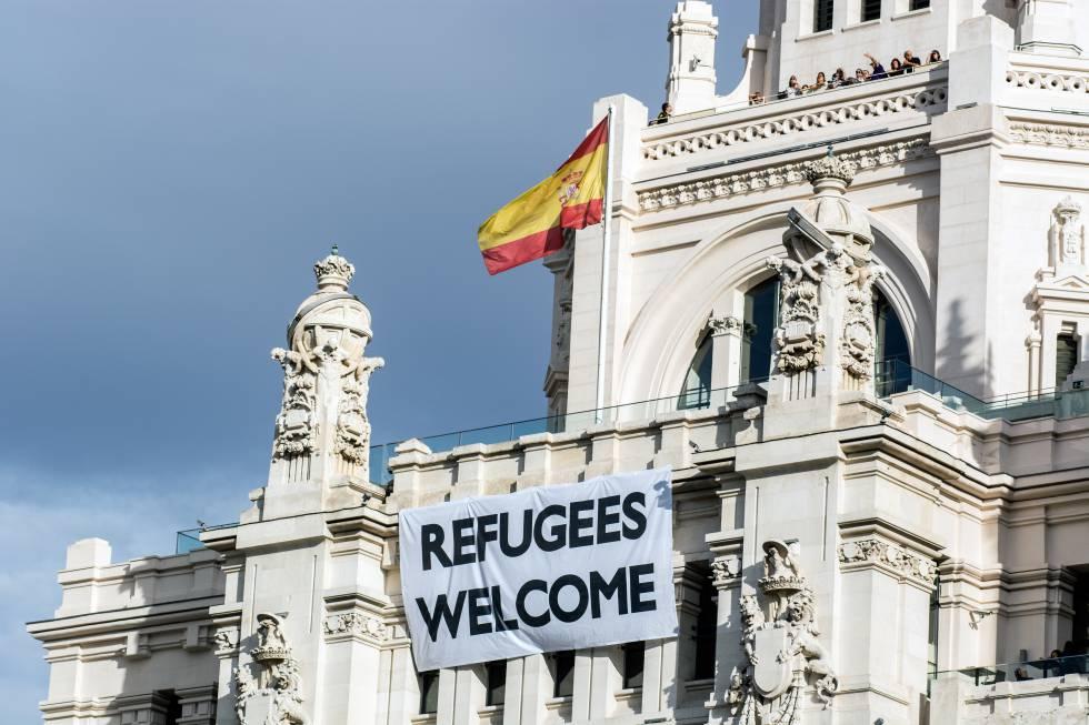 Pancarta en el ayuntamiento de Madrid dando la bienvenida a los refugiados.