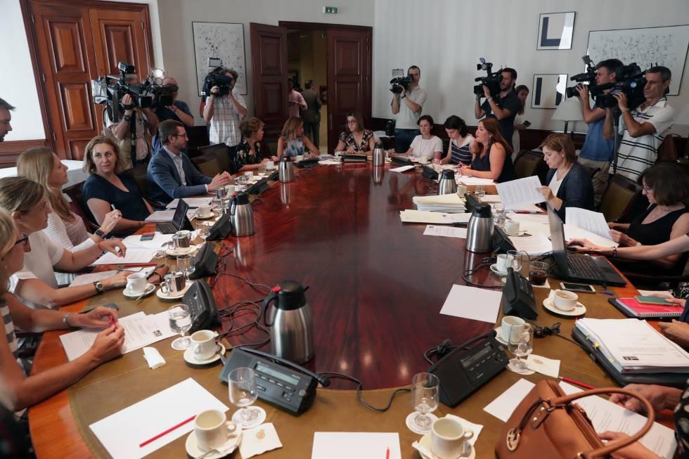 Miembros de diferentes partidos durante la reunión de la subcomisión del Congreso.