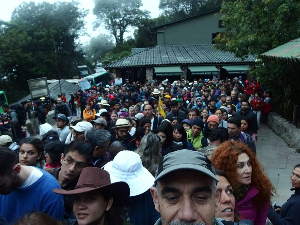 Aglomeraciones a la entrada de la ciudadela a las siete de la mañana, en la que se mezclan los visitantes del primer turno con quienes va a subir al Wayna Picchu.