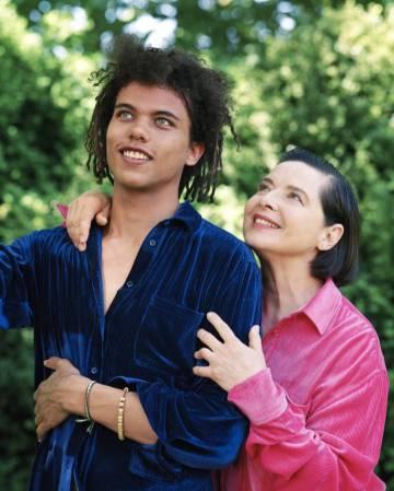 Isabella Rossellini, acompañada de su hijo, Roberto Rossellini, en la campaña de Sies Marjan.