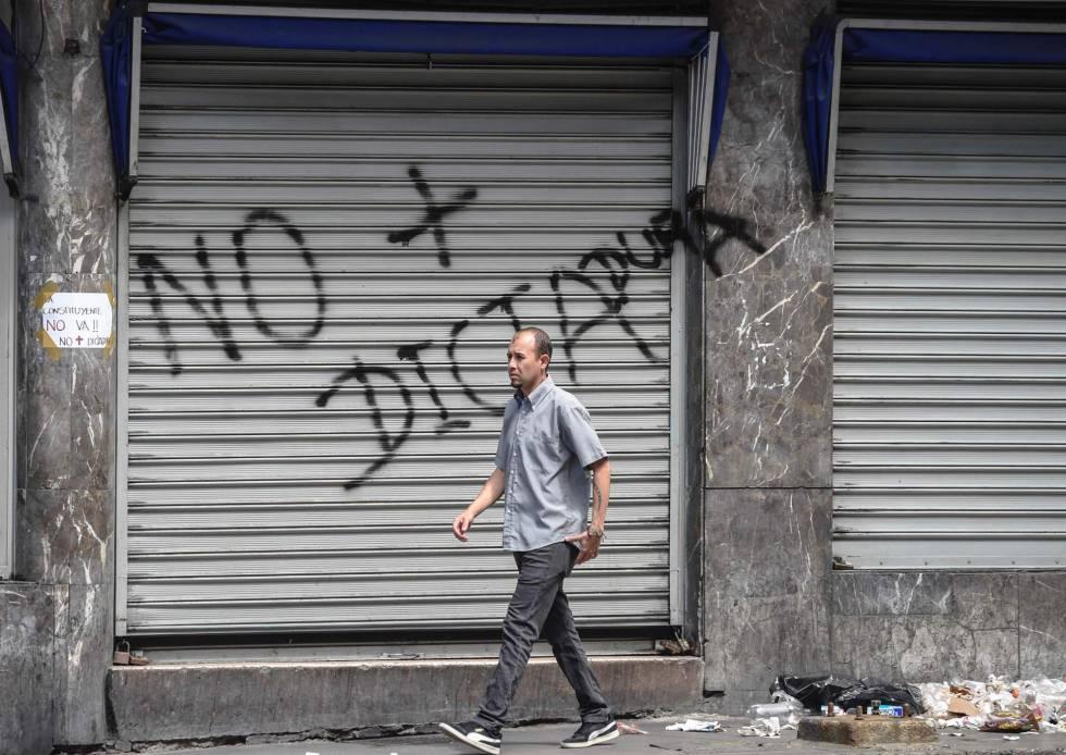 Un hombre camina en Caracas este miércoles durante la huelga general convocada por la oposición.