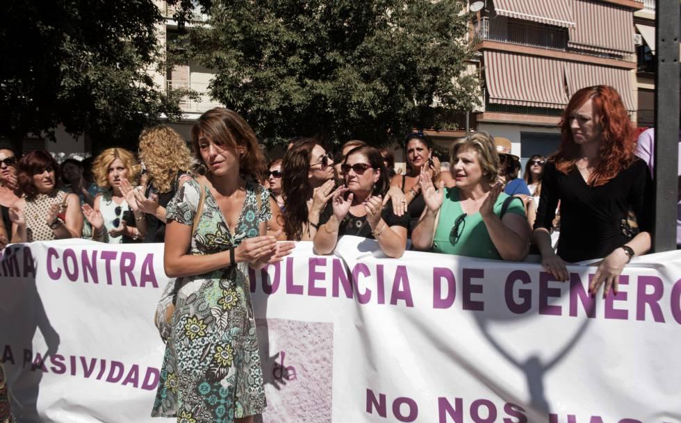 Juana Rivas, ante la pancarta de una manifestación en su favor en Macarena (Granada)
