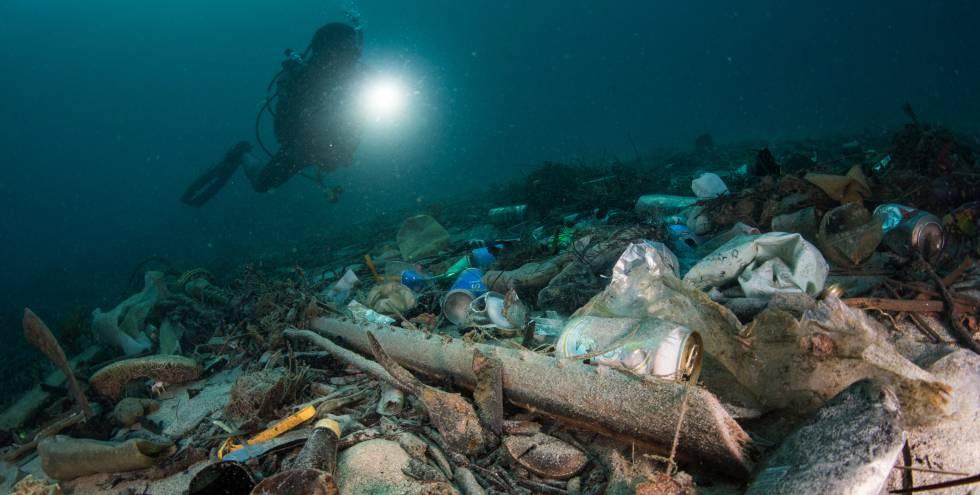 Imagen captada en enero de un vertedero de plástico próximo a un arrecife de coral en Tailandia. Este país es el sexto que más residuos plásticos vierte al océano, según un informe del Jambeck Research Group, de la Universidad de Georgia.