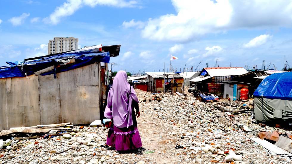 La indonesia Dharma Diani, sobre montones de escombros, en el barrio de Pasar Ikan, al norte de Yakarta.