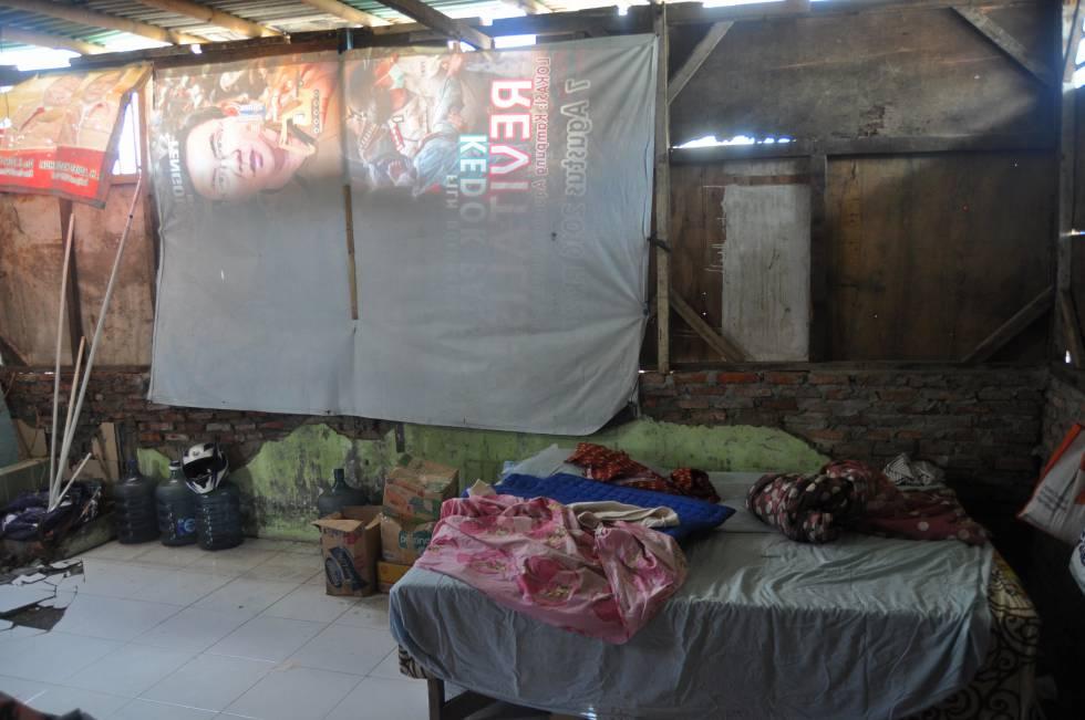 Interior de la infravivienda de Dharma Diani en el barrio de Pasar Ikan, en Yakarta.