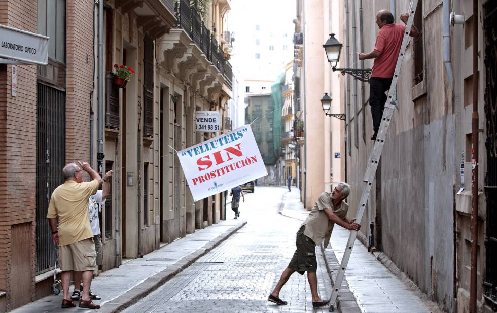 Vecinos de un barrio valenciano cuelgan carteles contra la prostitución.