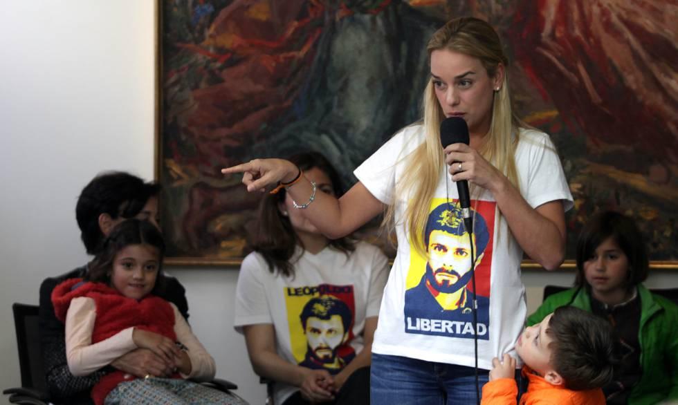Lilian Tintori, esposa del lider opositor venezolano encarcelado Leopoldo López, con sus hijos, Manuela Rafaela, en brazos de su suegra, Antonieta Mendoza, y el pequeño Leopoldo Santiago, de naranja, en un acto con jóvenes en Madrid en marzo de 2016.