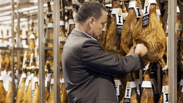 Enrique Tomás en su fábrica de Badalona.