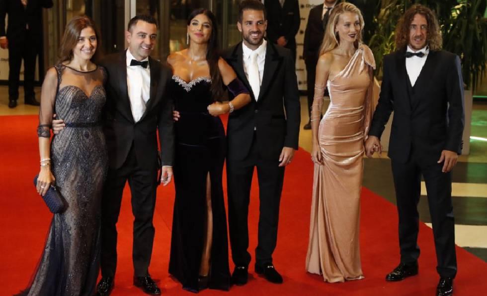 De izquierda a derecha, Núria Cunillera y su esposo Xavi Hernández, Daniella Semaan y su esposo Francesc Fabregas y Vanesa Lorenzo y su esposo Carles Puyol.