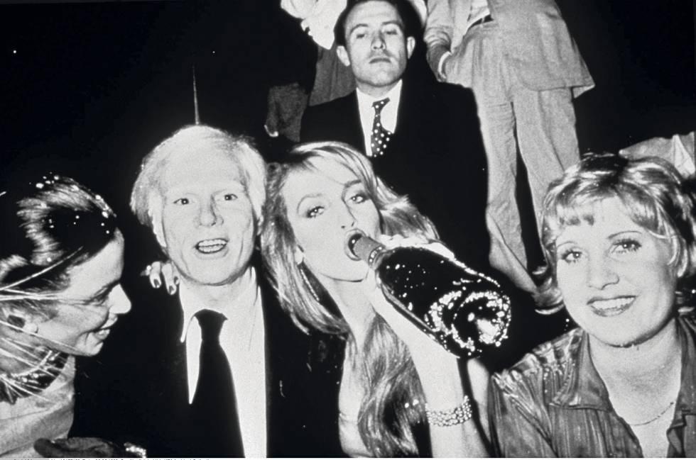 Ian Schrager vigilando a Andy Warhol y Jerry Hall en Studio 54.