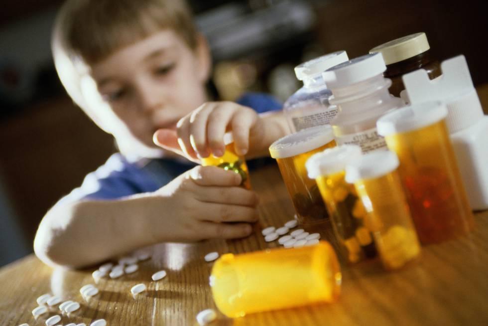 Cómo actuar si tu hijo se traga un medicamento por error | Mamás y ...