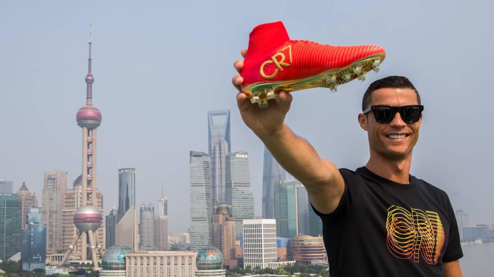 Cristiano Ronaldo posando este verano en Shanghai.