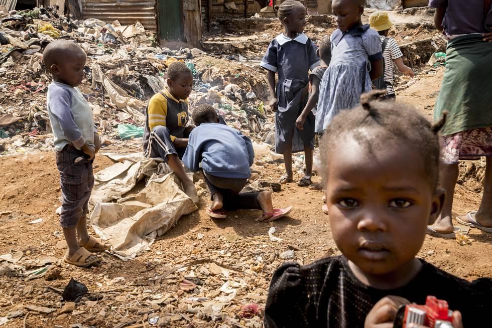 Entre 600.000 y un millón de personas, en su mayoría niños, residen en Kibera, el mayor 'slum' de Kenia.