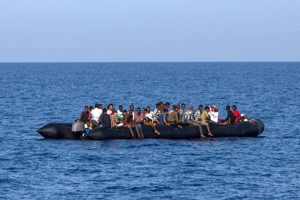 Una patera con inmigrantes, rescatada cerca de la costa libia.