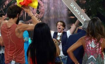 """Christopher celebra su triunfo con algunos de sus compañeros de """"Supervivientes"""", un programa concurso de Telecinco."""