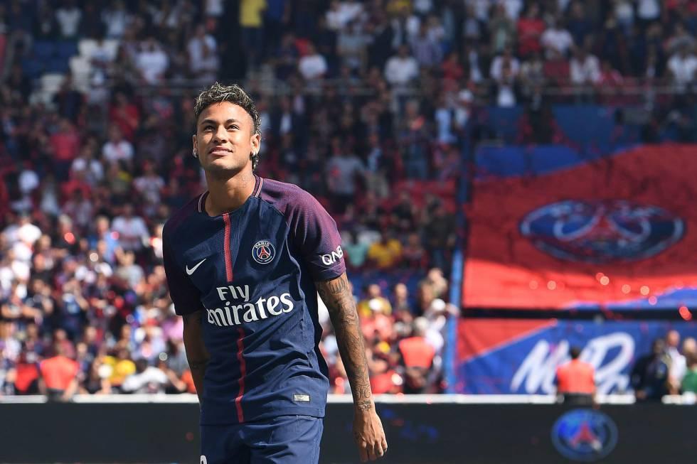 Neymar, durante su presentación a la afición del Paris Saint-Germain.