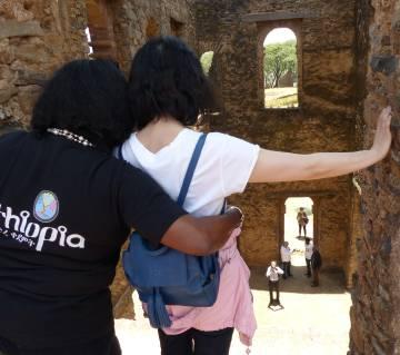 Una china se toma una foto en los alrededores del Castillo de Gondar, en Etiopía.