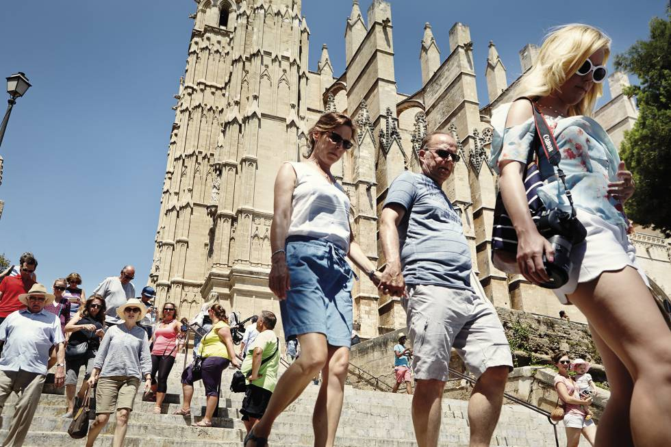 Αποτέλεσμα εικόνας για Palma de Mallorca and Barcelona are restricting private home rental services to curb over tourism