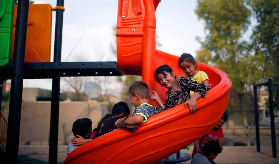 Niños yazidíes juegan en un parque de la zona de Sinjar, en Irak.