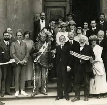 Deskaheh junto con miembros de la Sociedad de Naciones.