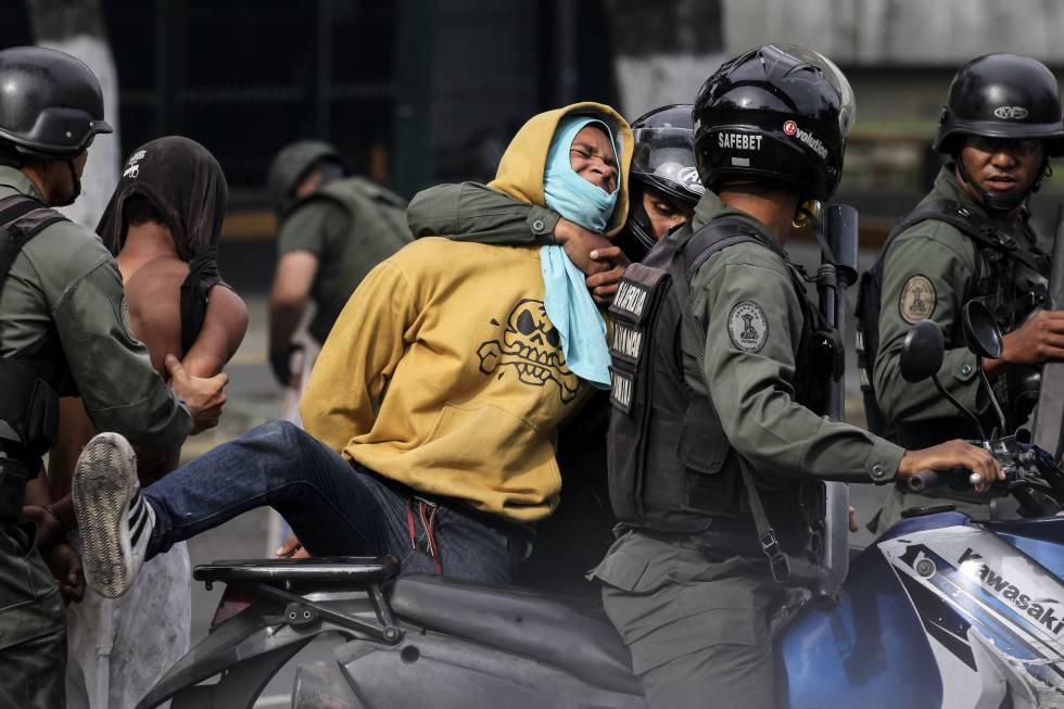 Miembros de la Guardia Nacional Bolivariana detienen a un manifestante el pasado 27 de julio en Caracas.