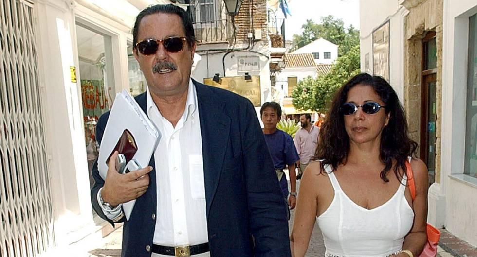 El entonces alcalde de Marbella con Isabel Pantoja, en agosto de 2003.