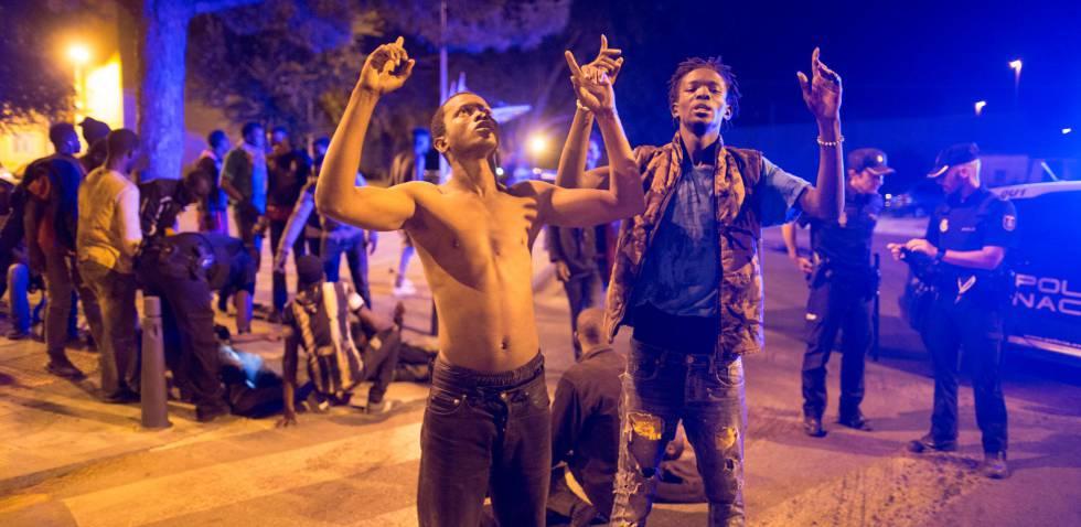 Inmigrantes subsaharianos celebran su llegada a Ceuta tras cruzar ilegalmente la frontera.