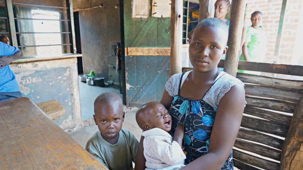 Robinah tiene 22 años y tres bebés.