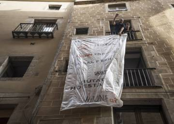 Barcelona residents spell out problem of Airbnb illegal holiday rentals