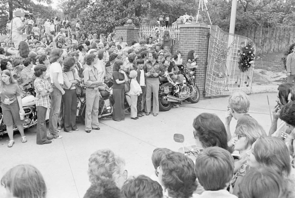 El 17 de agosto de 1977, los fans de Elvis Presley acudieron en masa a la mansión del músico en Memphis, donde fue encontrado su cuerpo, para despedirse de él.