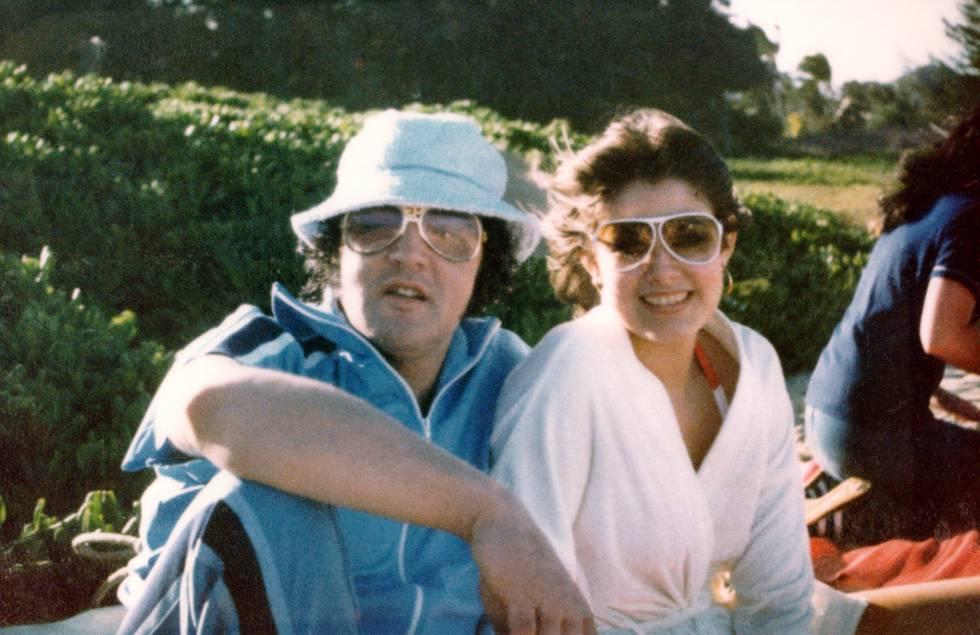 Elvis junto a su novia Ginger Alden, la última persona que lo vio con vida, en Hawaii en marzo de 1977.