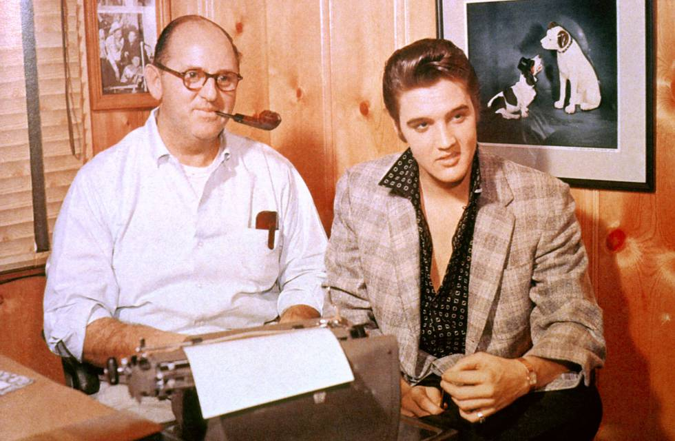 Elvis durante una reunión con Coronel Tom Parker, su implacable mánager, en 1956.