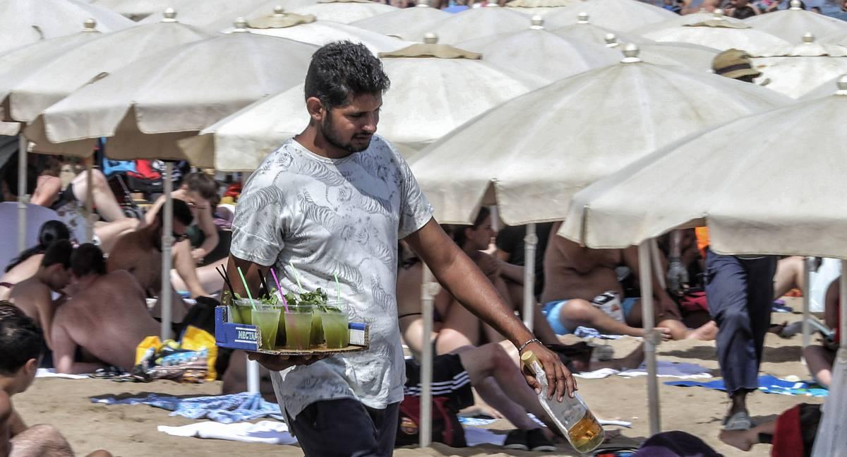 Un vendedor de mojitos, en la playa de la Barceloneta.