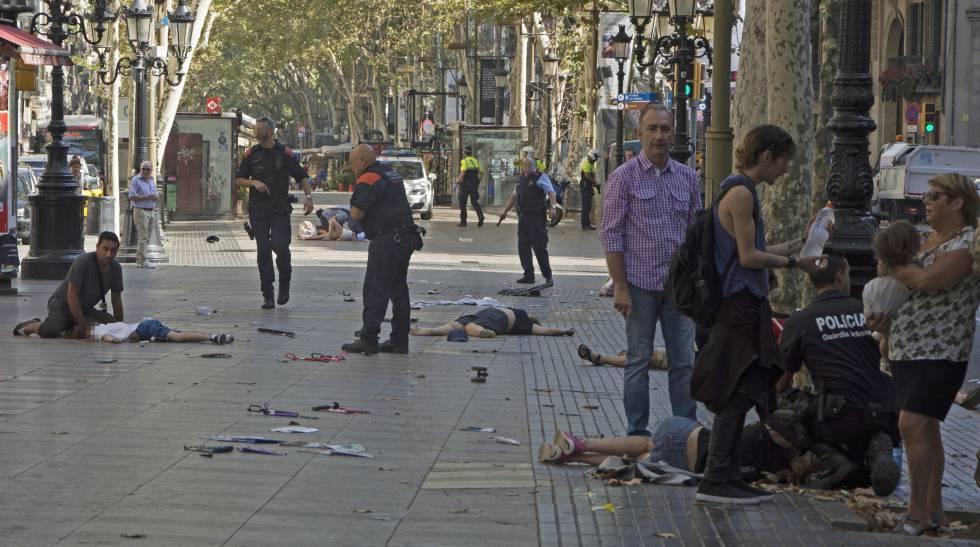 Varias víctimas del atentado en Barcelona son atendidas después del atropello masivo.