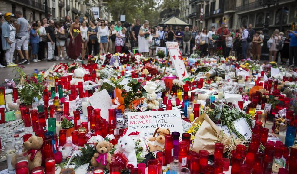 Turistas y barceloneses depositan flores en homenaje a las víctimas del atentado terrorista en Barcelona.