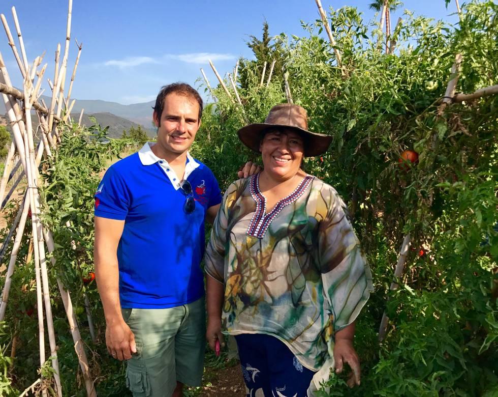 Mariano Gudiel y su ayudante boliviana.